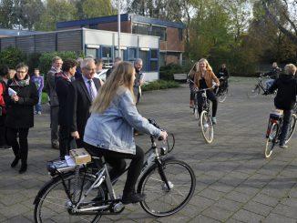 E-bikes voor scholieren Wessel Gansfortcollege G 27-10-2014_fietsend