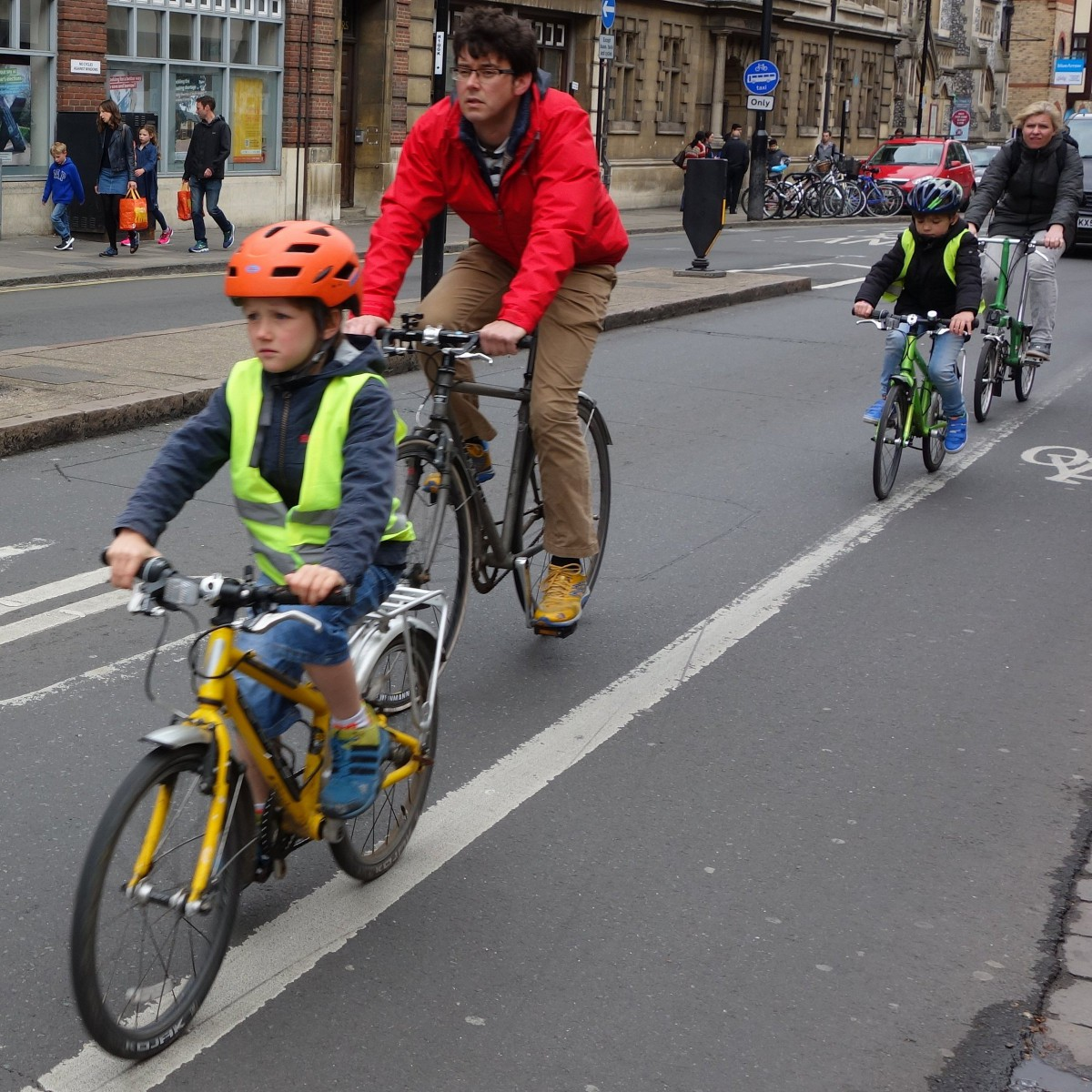 More and more children get a small helmet. A remarkable social trend that has been visible in many foreign cities such as here in Cambridge (England). The helmet is an expression of a predominantly technical and individually oriented focus on safe cycling. Apparently it can always be safer.  Photo: Rob van der Bijl, Cambridge, UK, May 1, 2017